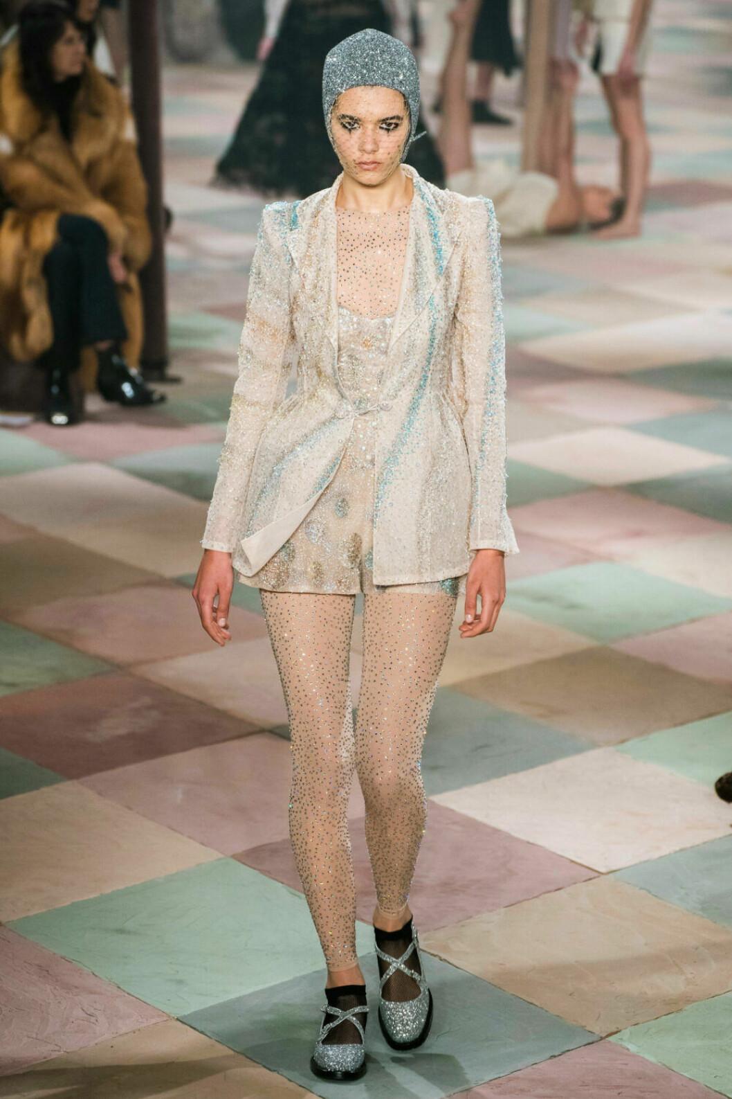 Underbar blazer och leggings med mängder av glitter på Diors SS19 haute couture–visning