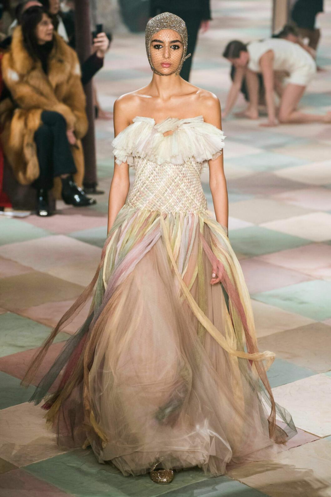 Underbar axelbandslös långklänning på Diors SS19 haute couture–visning