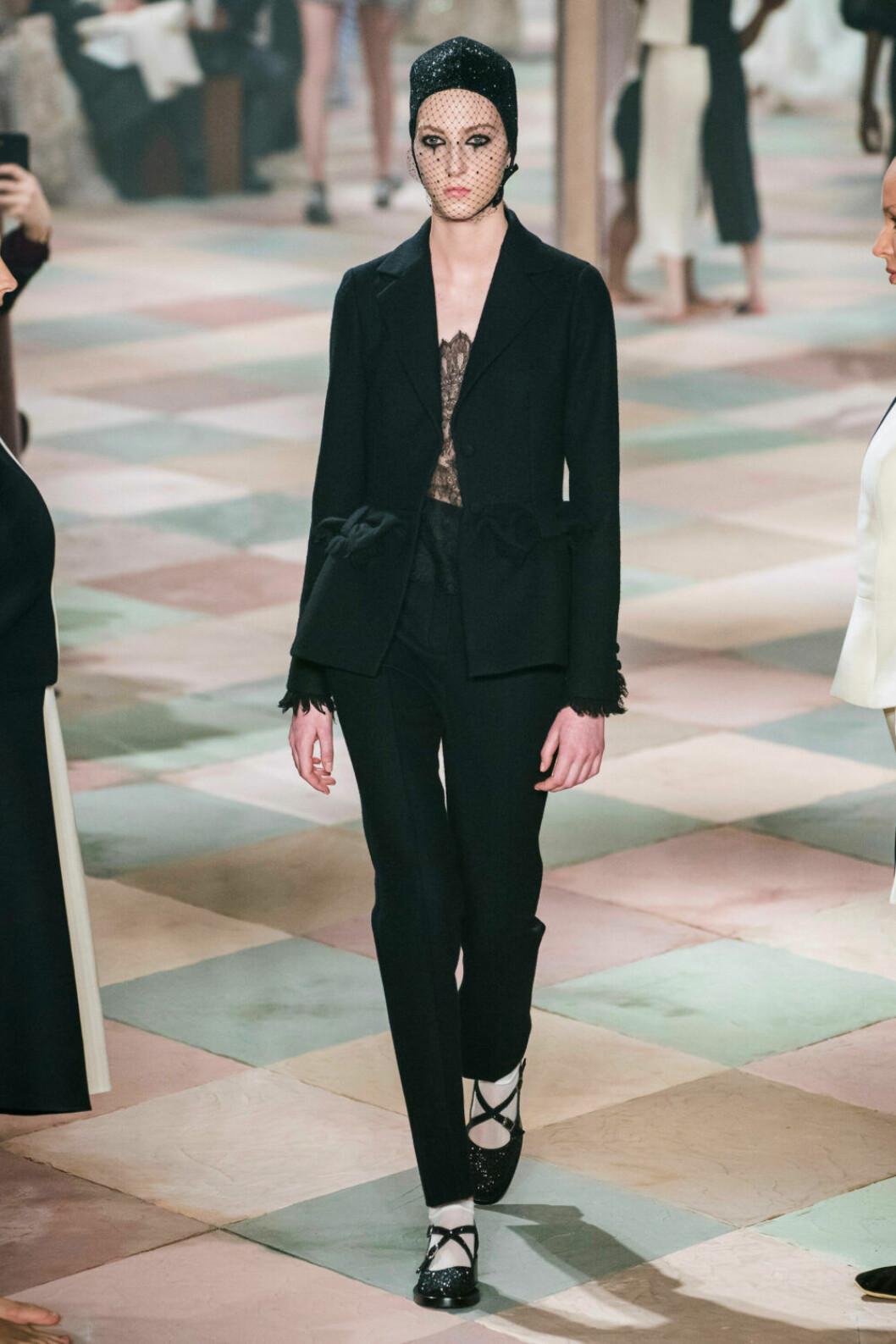 Underbar svart kostym på Diors SS19 haute couture–visning