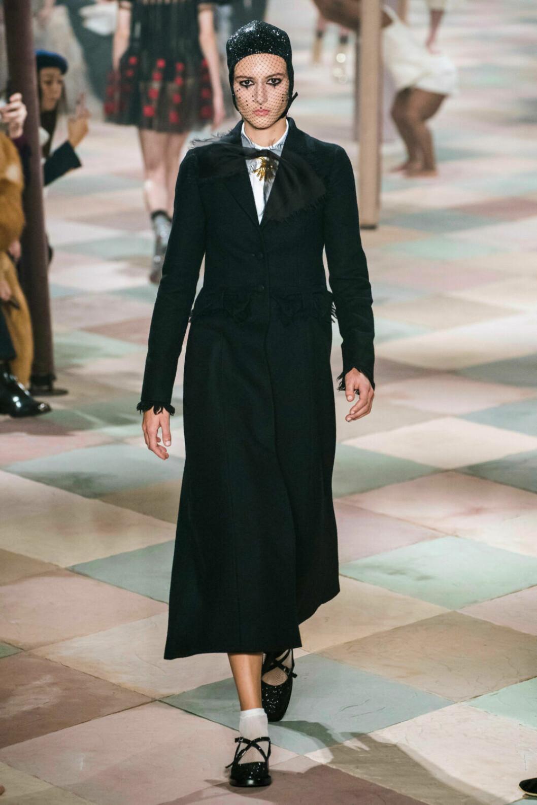 Stilren svart kappa på Diors SS19 haute couture–visning