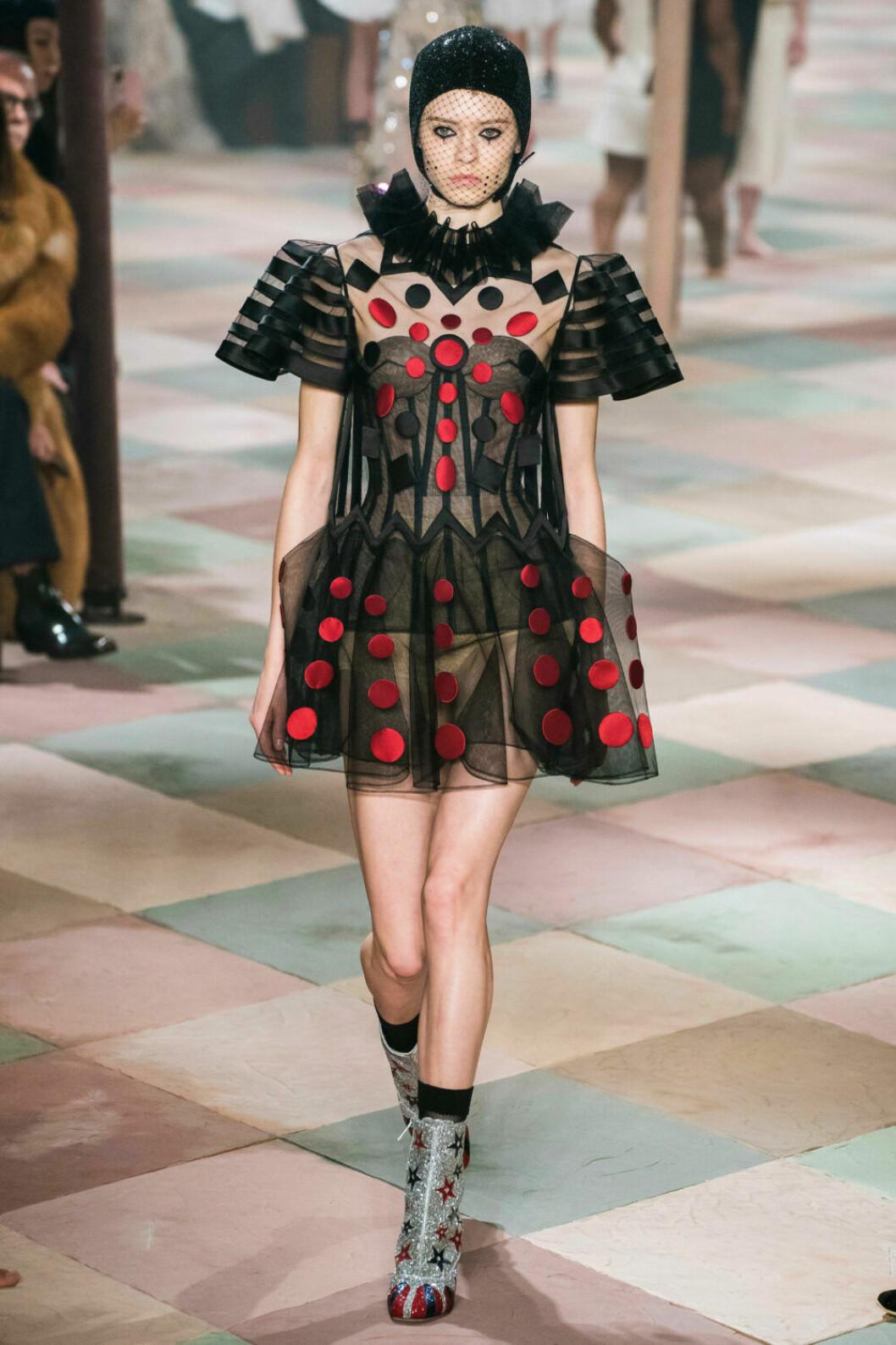 Vacker klänning i cirkusanda på Diors SS19 haute couture–visning