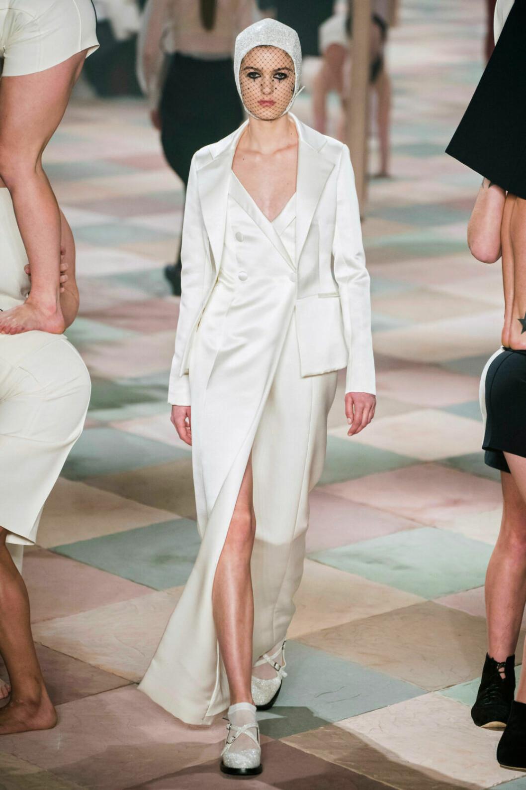 Stilren vit outfit på Diors SS19 haute couture–visning