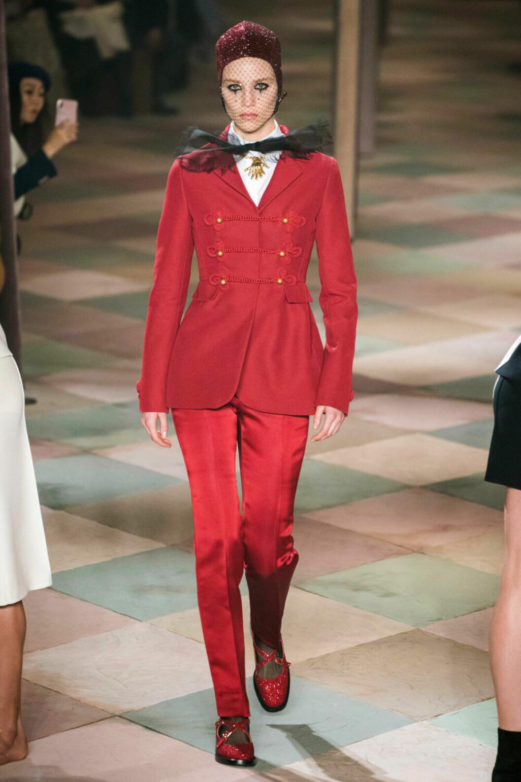 Underbar röd kostym på Diors SS19 haute couture–visning