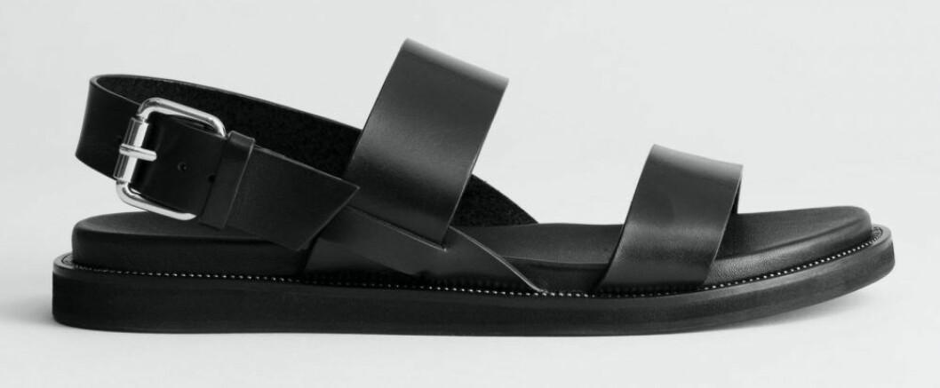 Svarta sandaler från & Other stories med brett spänne.