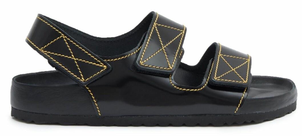 Svarta sandaler med gula sömmar från designsamarbetet mellan Brikenstock x Proenza Schouler.