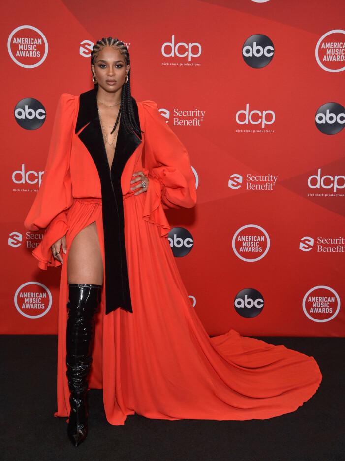 Ciara på röda mattan på AMA 2020