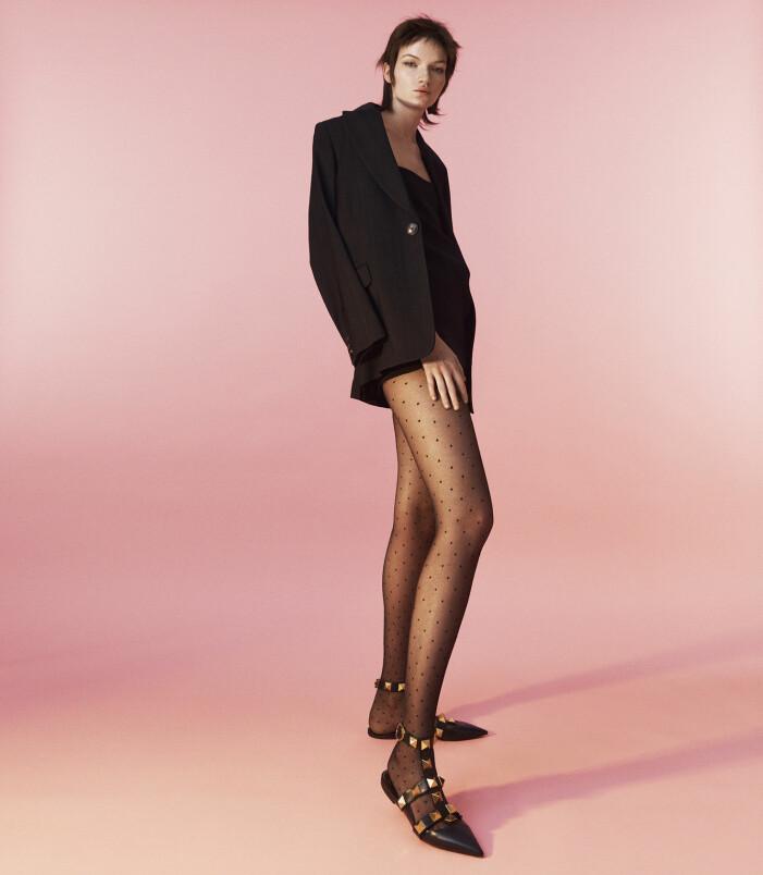 Modellen har på sig en jumpsuit och skor från Valentino