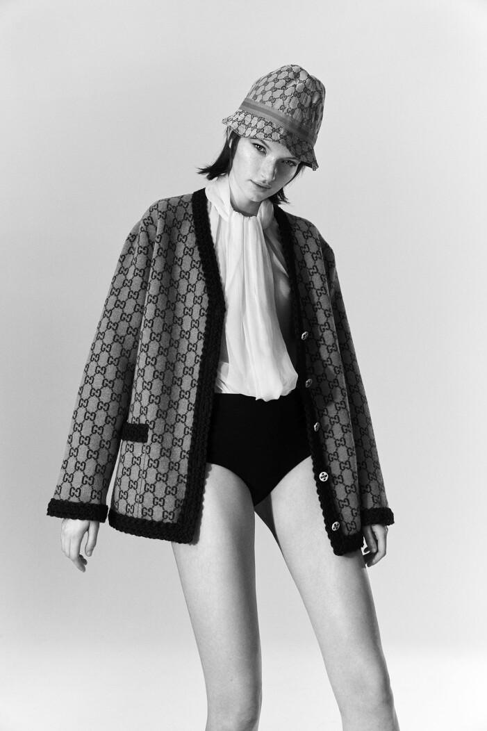 Modellen bär en vintage blus från Dior och en vintage hatt från Gucci, båda Stockholms Auktionsverk