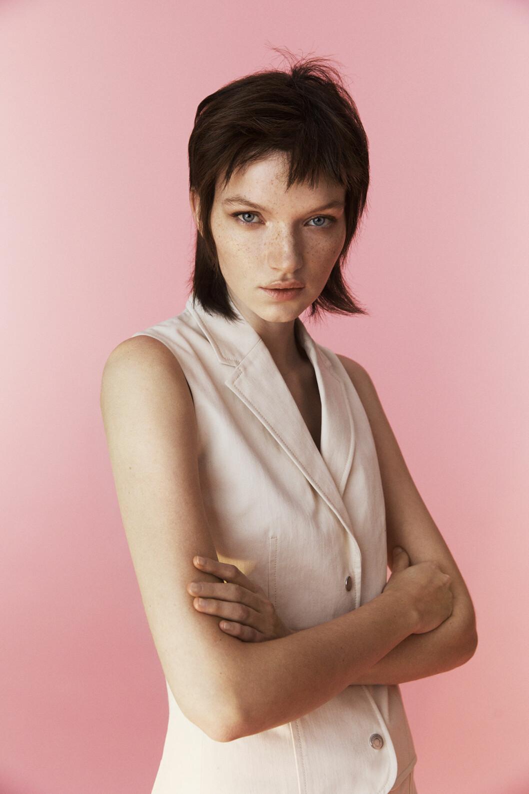 Modellen har på sig en vit väst från Hermès