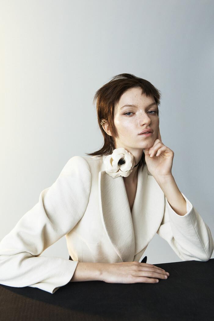 Modellen har på sig en vit kavaj från Rika Studis