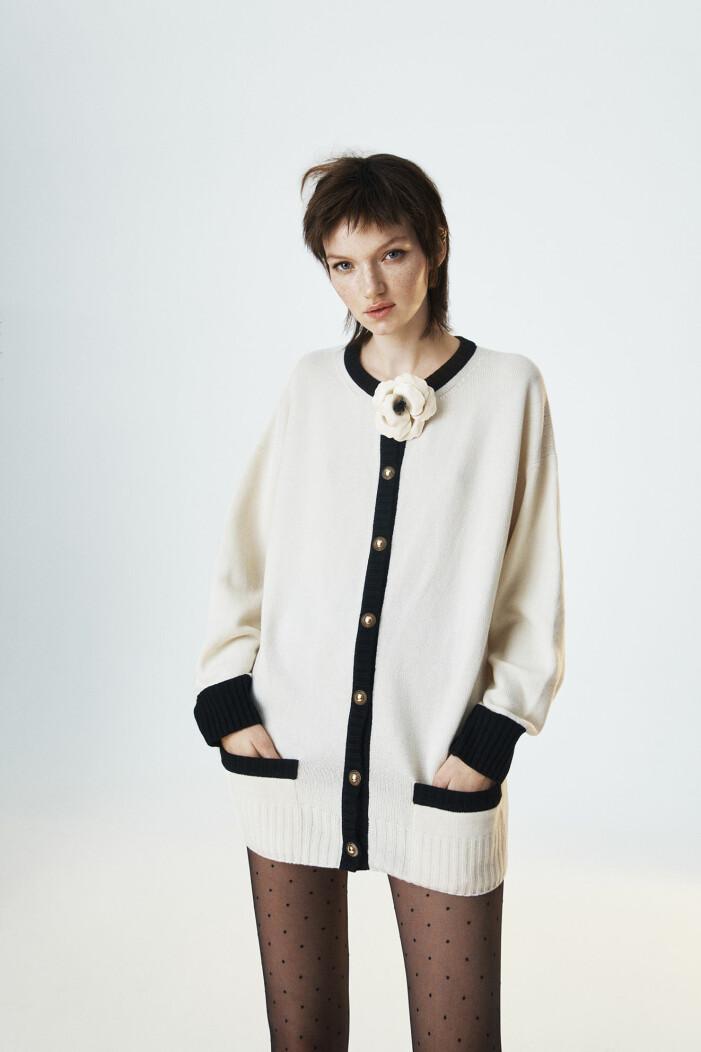 Modellen har på sig en kofta från Saint Laurent/MyTheresa
