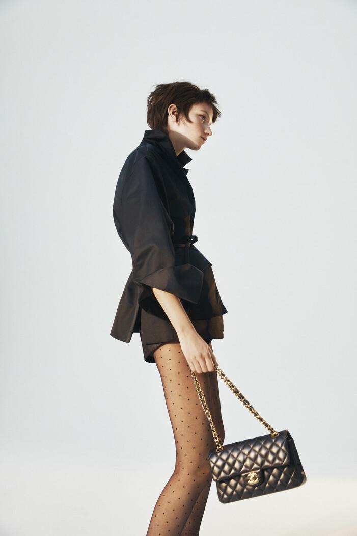 Modellen har på sig en jacka av återvunnen nylon från Totême