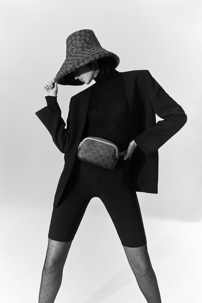 Modellen är klädd i kavaj från Totême och hatt från Gucci/MyTheresa