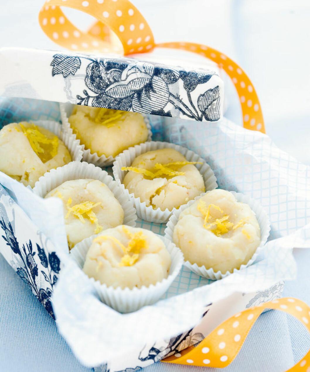 Citronkulor med marsipan och vit choklad.