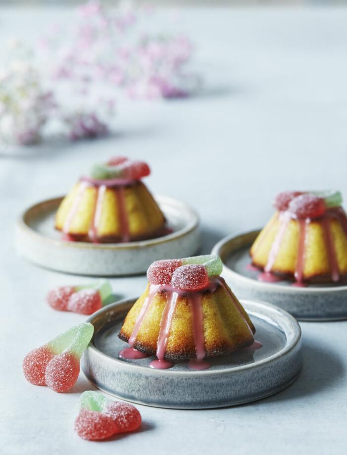 Baka citronmuffins med hallonglasyr och sega körsbärs-godisar