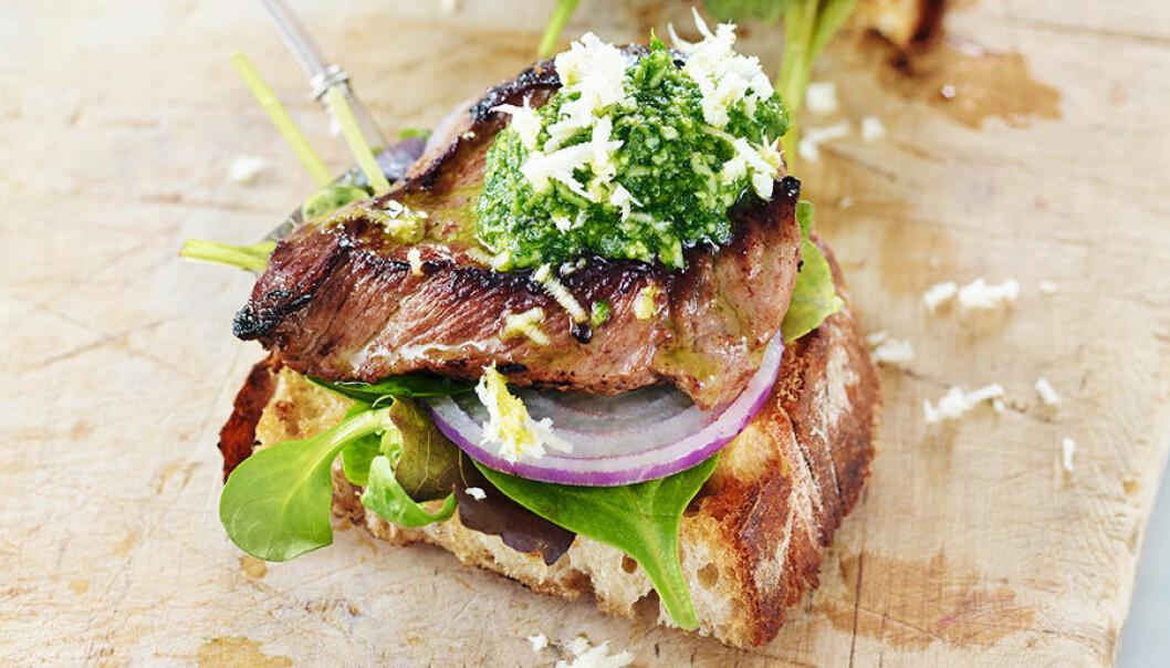 Club sandwich med oxfilé och örtpesto.