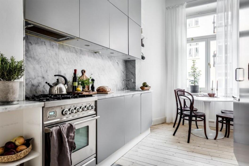 Långsmalt kök med ett runt bord vid fönstret