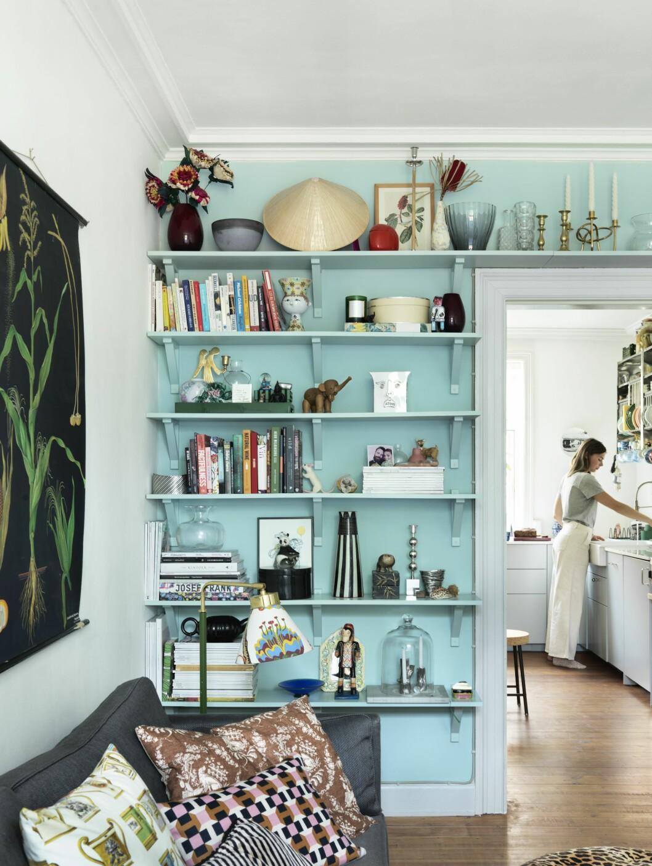 inmålade hyllor på hela väggen och ovanför dörren
