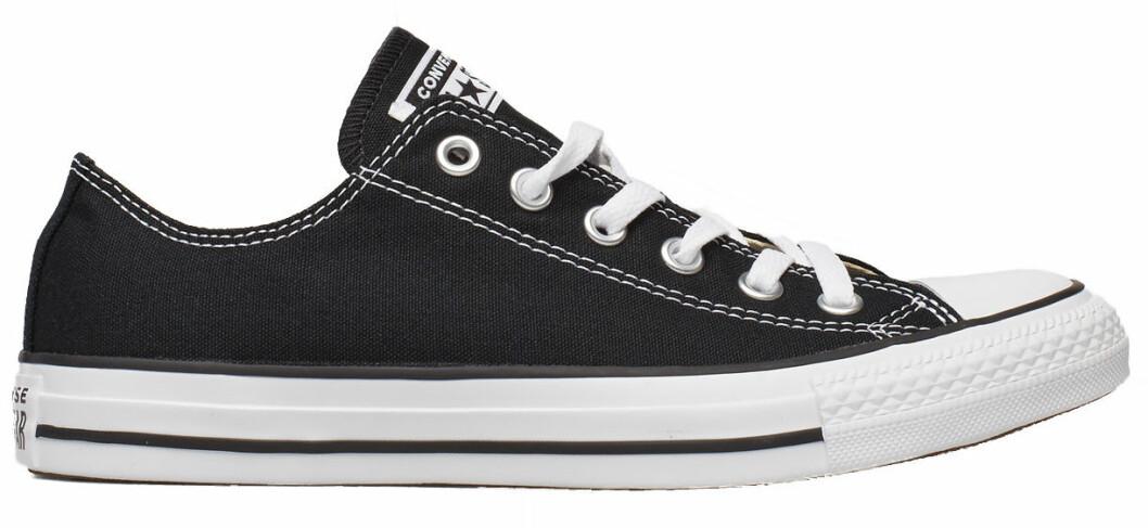 svarta Converse i låg modell.