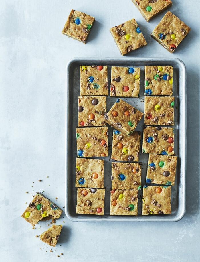 Baka cookiekaka med chokladknappar