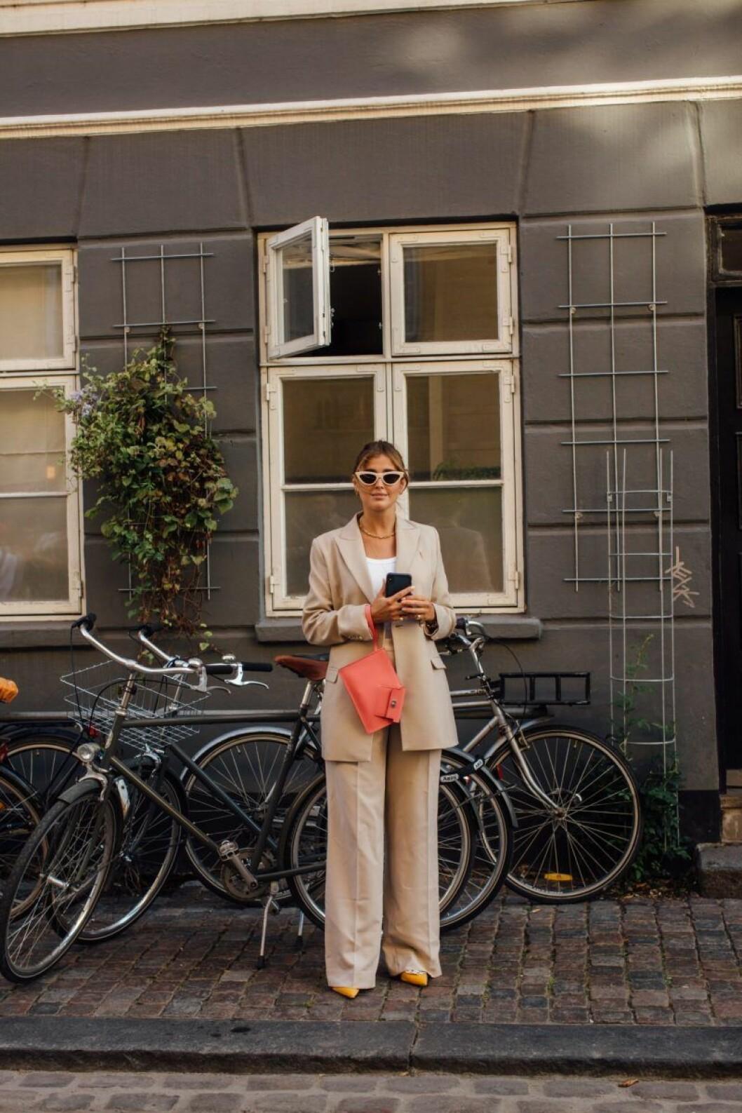 Kostymen gör det enkelt att bära ton-i-ton, addera accessoarer i liknande nyans för en komplett look.