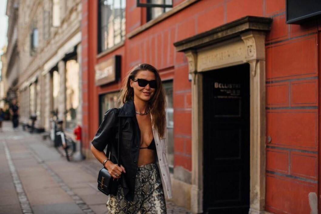 Sophia Roe bär läderplagg med en twist.