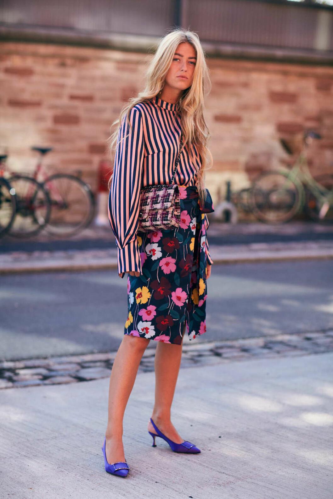 Randig skjorta och blommig kjol.