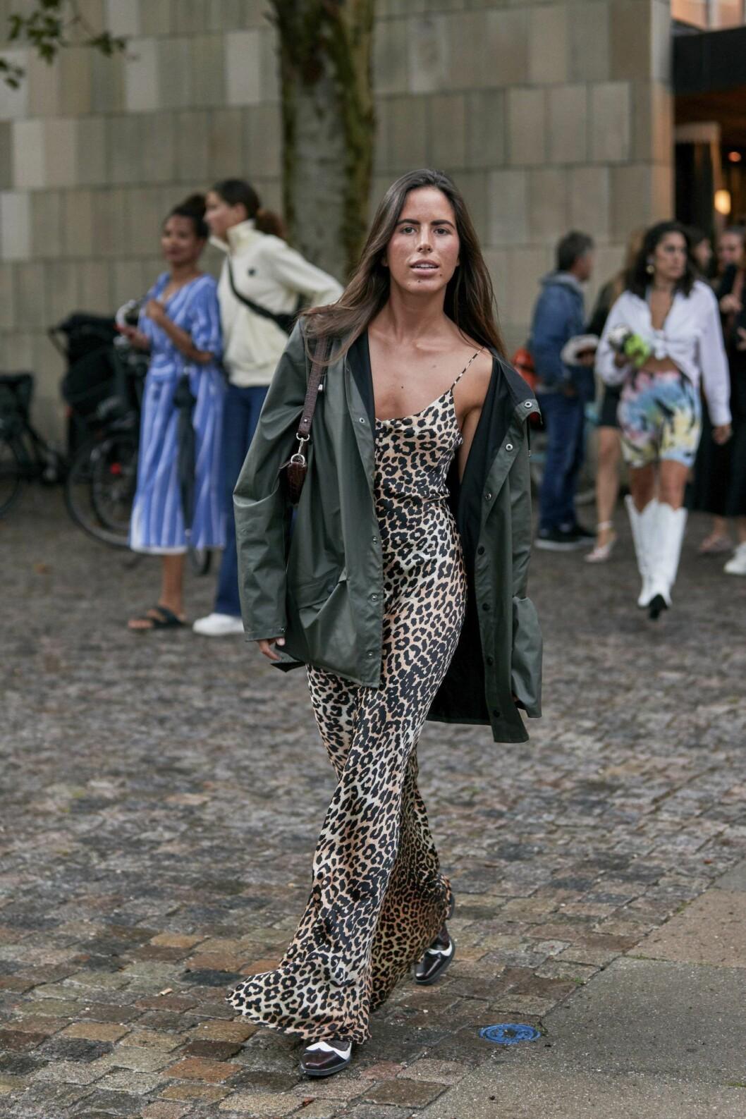 Slipklänning i leopard från streetstyle under modevecka i Köpenhamn.