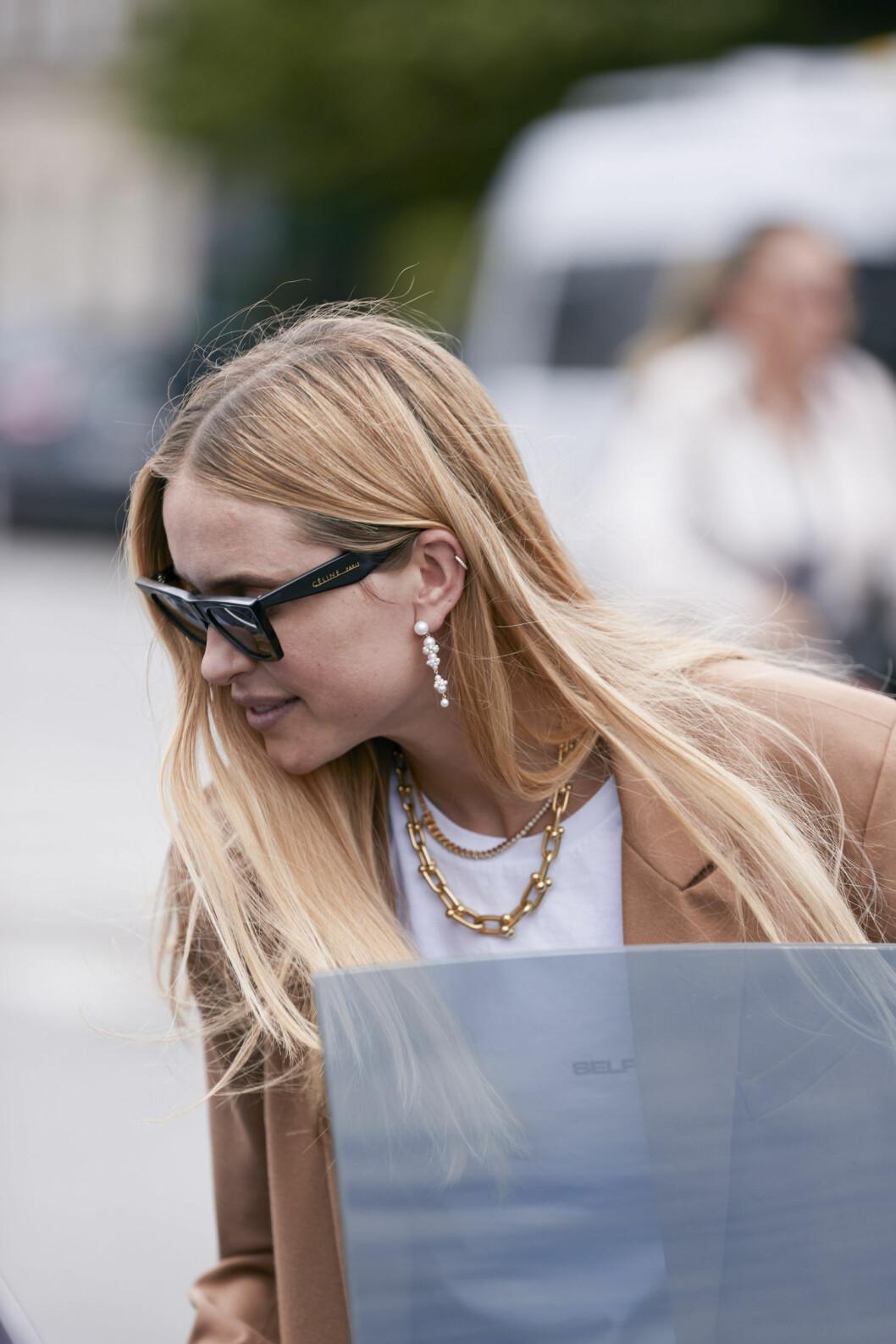 Pernille Teisbaek i solglasögon.