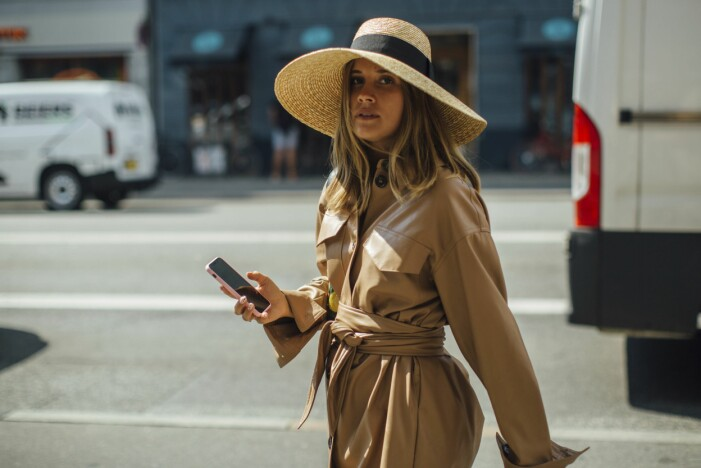 Snygg stråhatt med en ljusbrun läderbyxdress