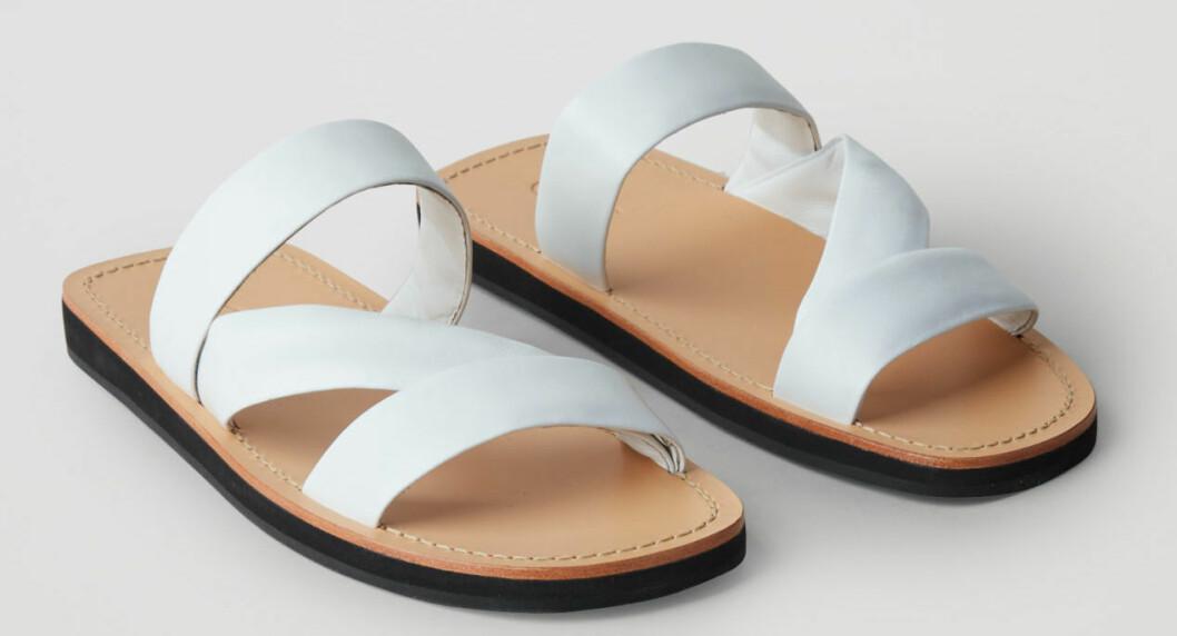 Sandaler med vita remmar från Cos.