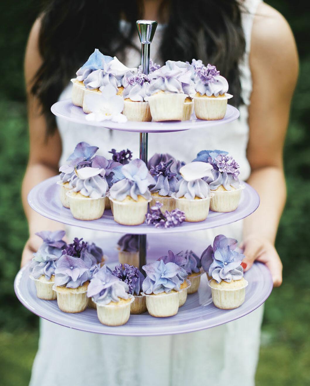 Blåbärscupcakes med blommor.