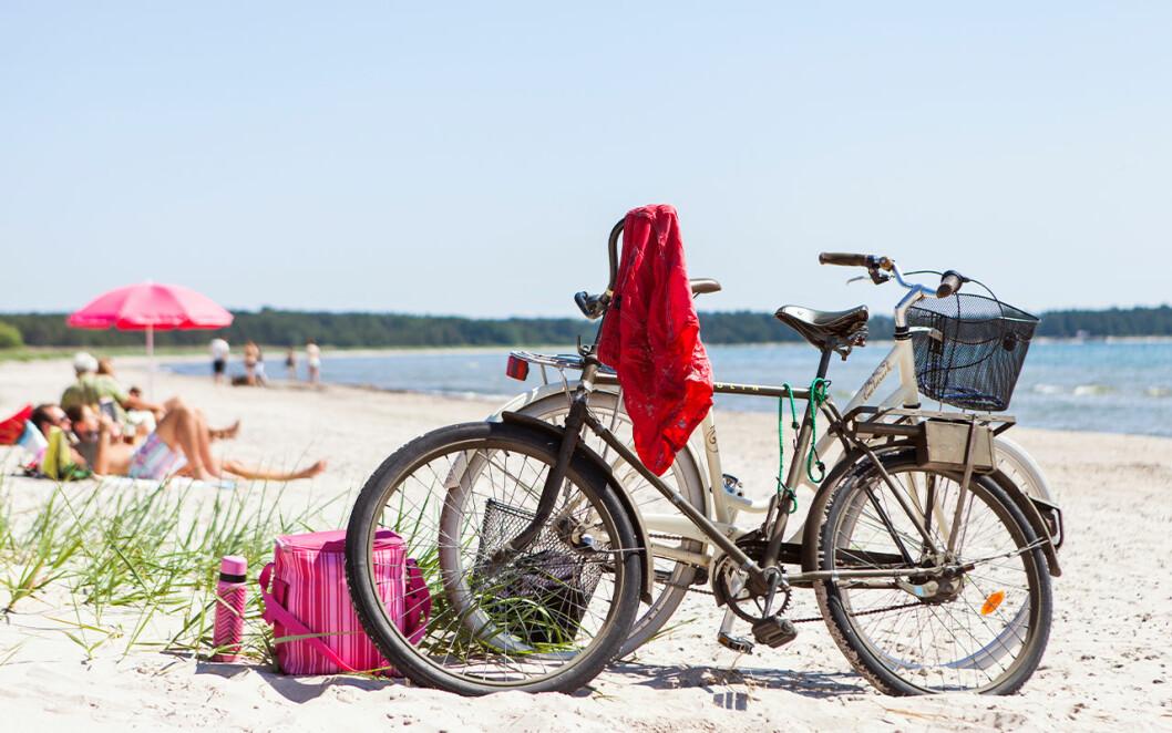 Två cyklar på en strand