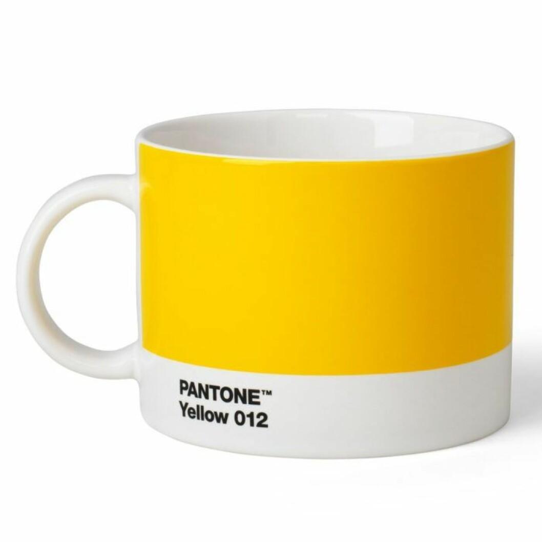 Stilfull tekopp med lekfullt uttryck från Pantone Living för personen som älskar färgen gul.