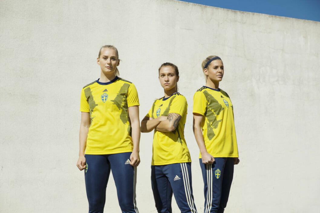Damlandslaget i fotboll i nya VM-tröjor
