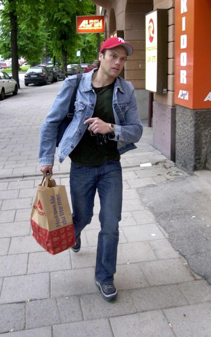 Daniel Westling i keps och jeansjacka