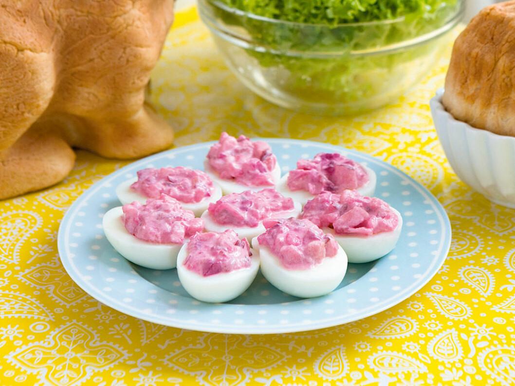 Dansk sillsallad på ägghalvor.