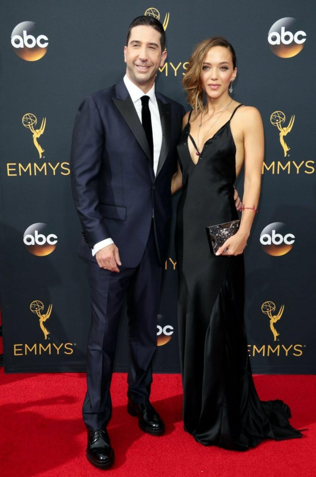 David Schwimmer i svart kostym och Zoe Buckman i svart långklänning på röda mattan
