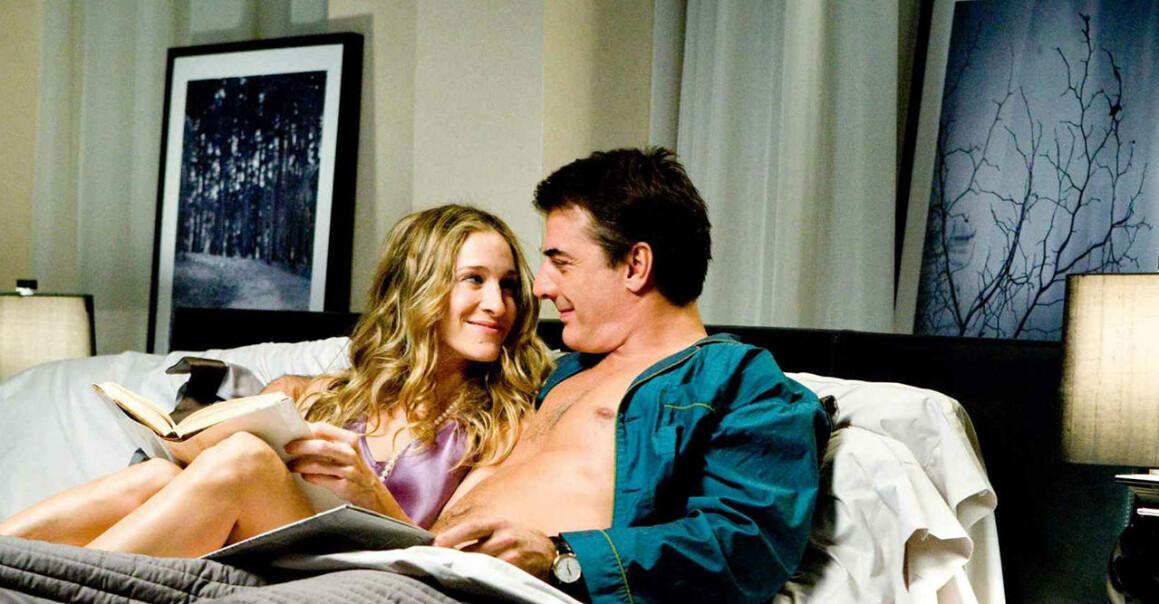 Carrie och Big ler mot varandra i sängen