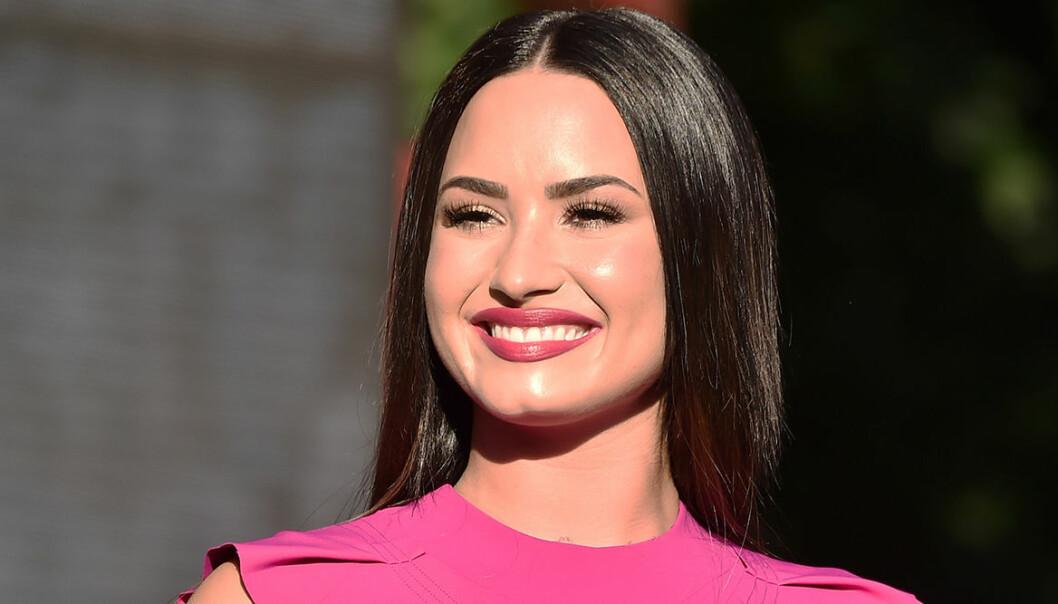 Demi Lovato på röda mattan i rosa klänning