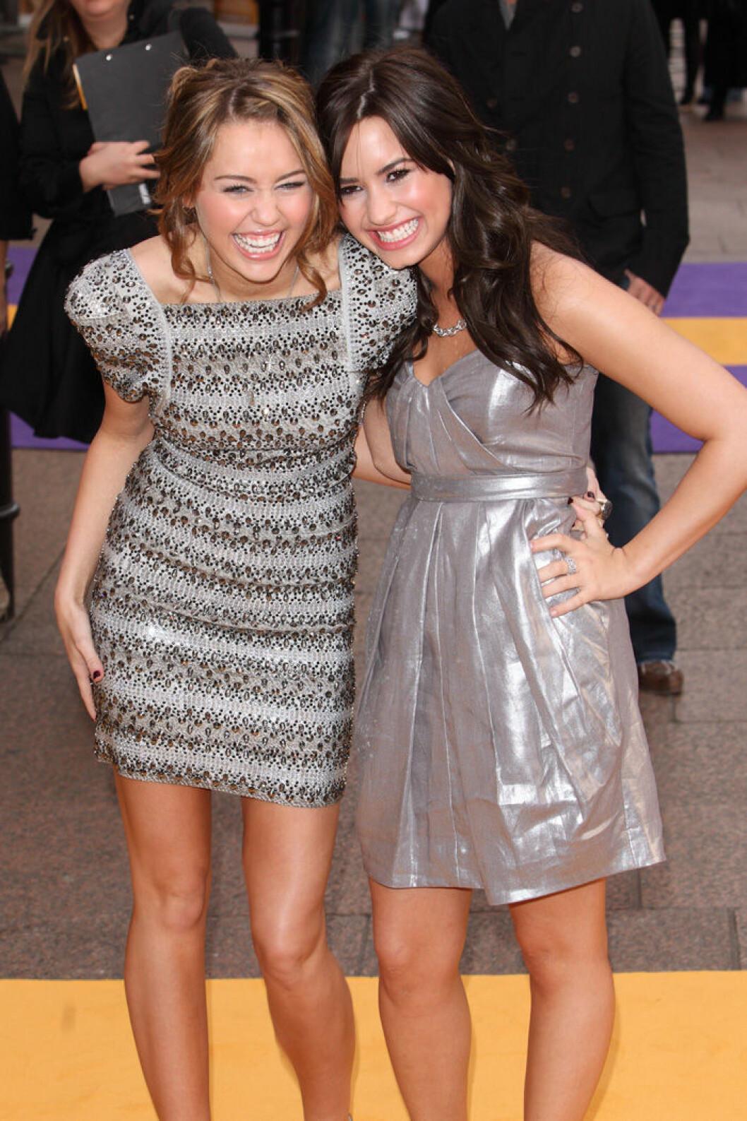 En bild på Demi Lovato och Miley Cyrus på filmpremiären av Hannah Montana: The Movie 2009.