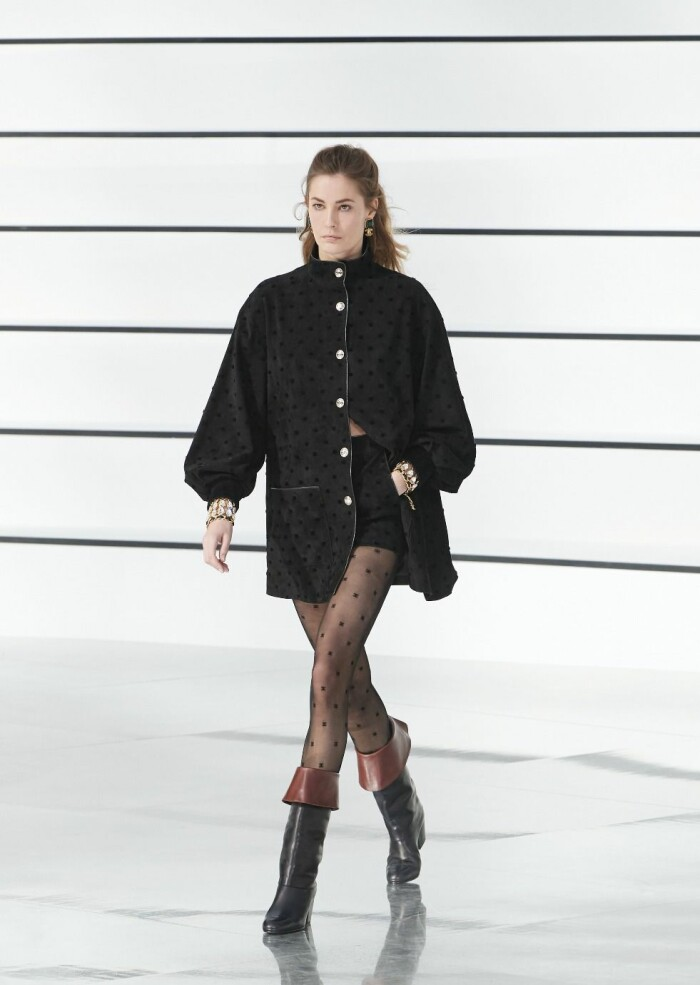 Den lilla svarta signerad Chanel AW20.