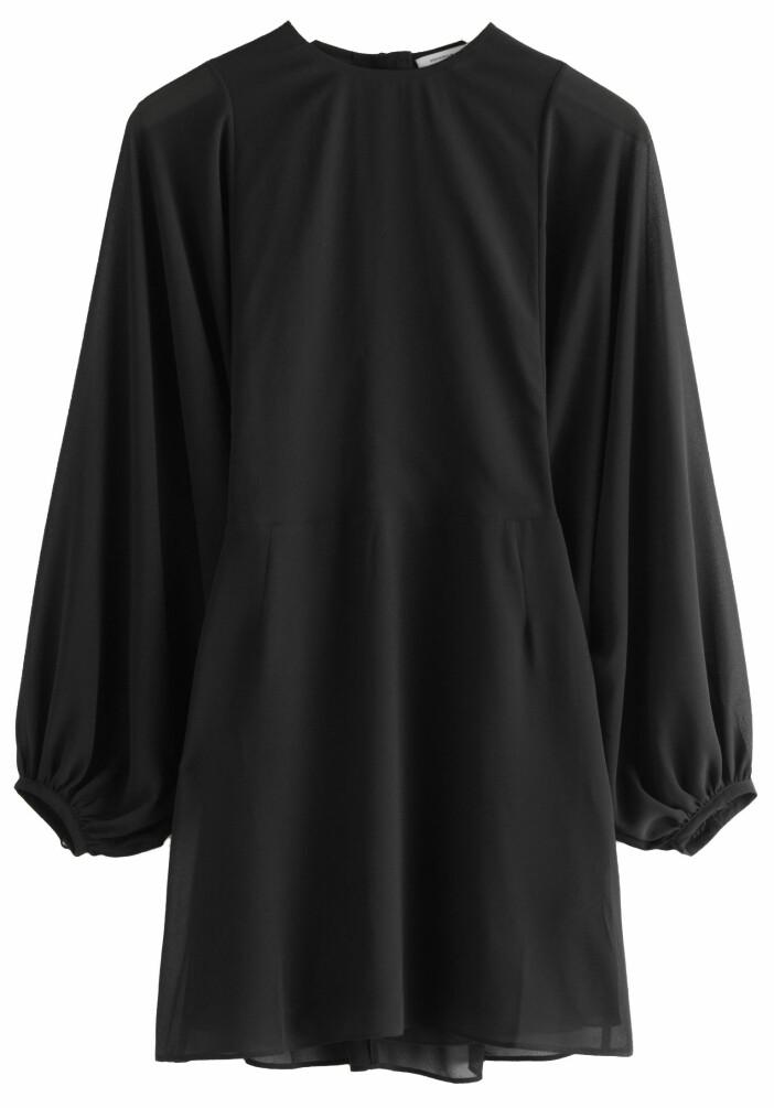 Den perfekta lilla svarta klänningen från & Other stories.