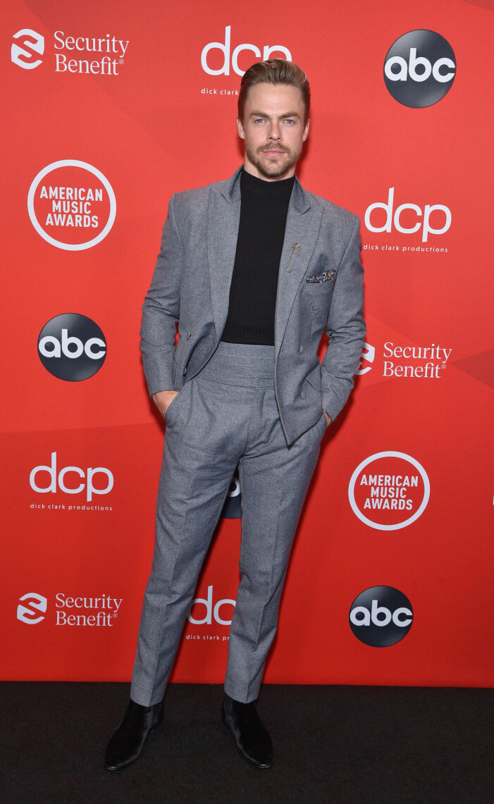 Derek Hough på röda mattan på AMA 2020