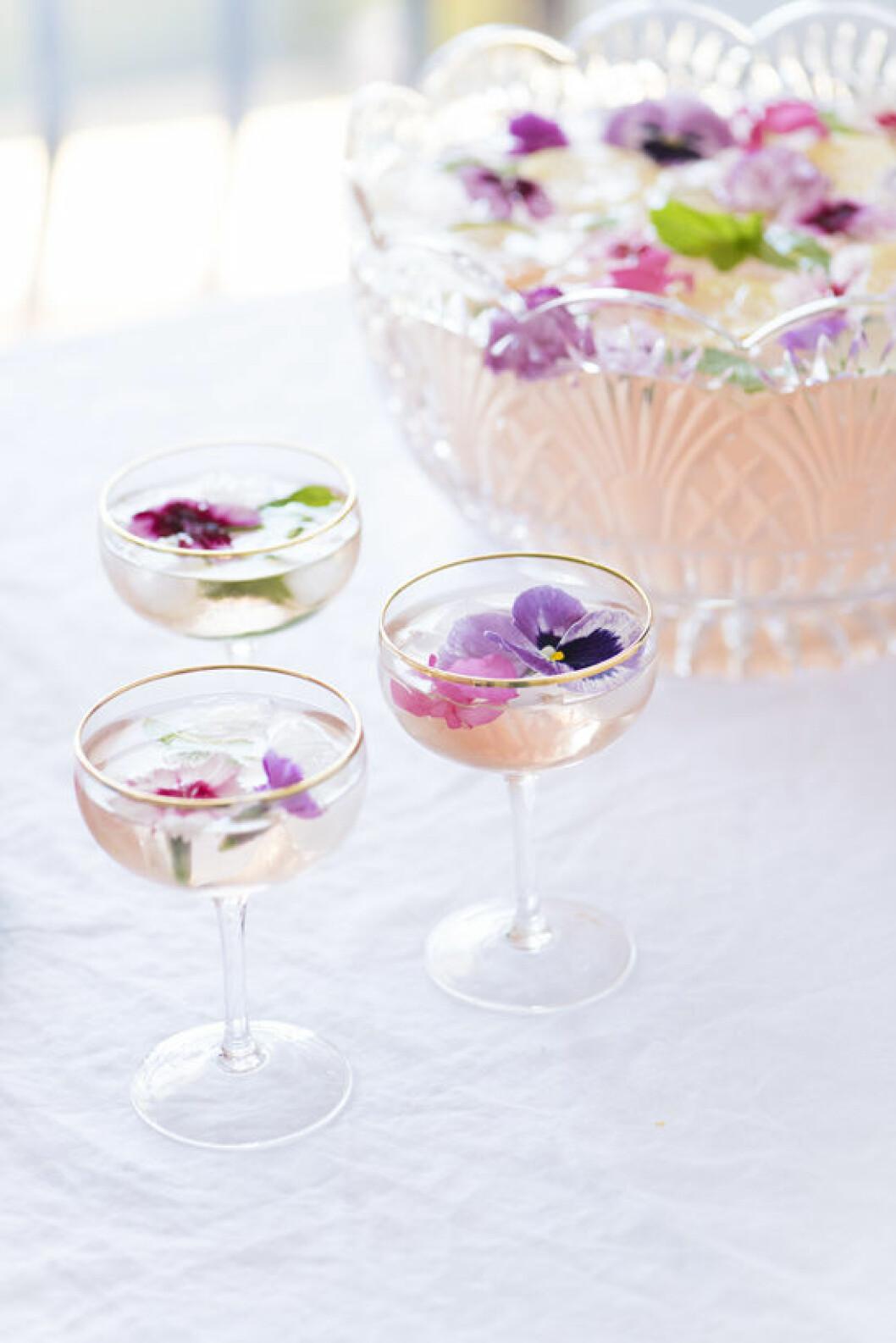 Champagnebål dekorerad med blommor.