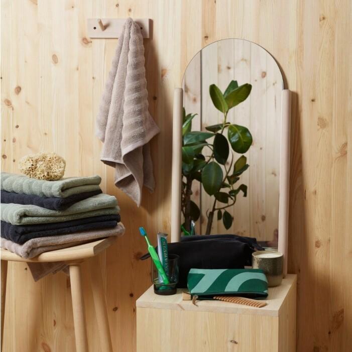Spegel Milo med ljus träram från Designtorget