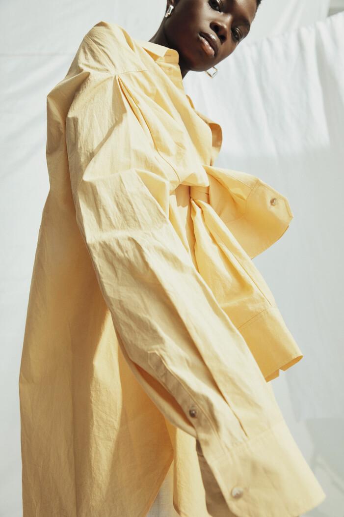 Skjorta av ekologisk bomull, örhängen av återvunnet sterlingsilver