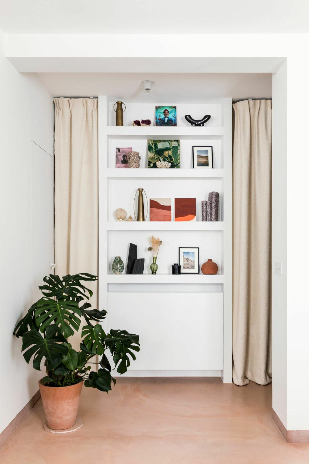 Detaljbild på hylla hemma hos inredningsarkitekten Rebecca Benichous i Paris