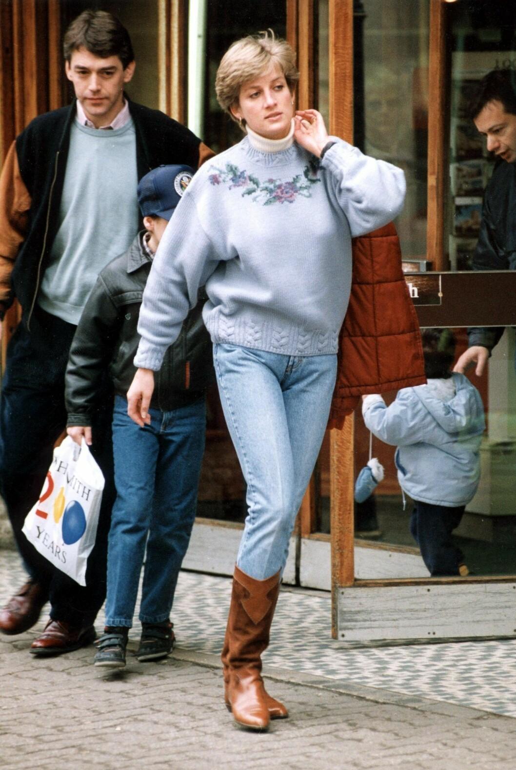 Diana på shoppingrunda i blå jeanslook.