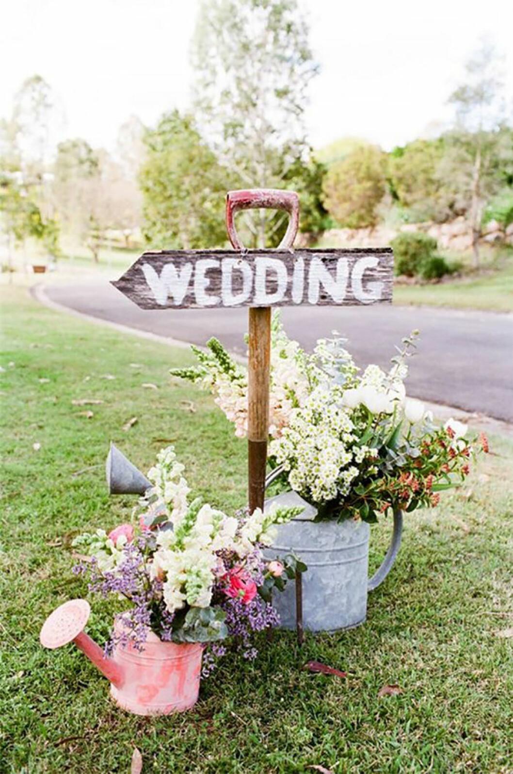 Gör egna skyltar till bröllopet.